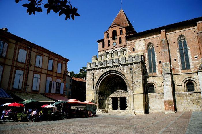 Place devant l'Abbaye Saint-Pierre à Moissac